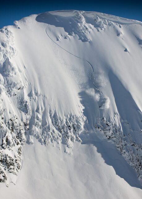 Bratt skikjøring i Jotunheimen av Bård Basberg