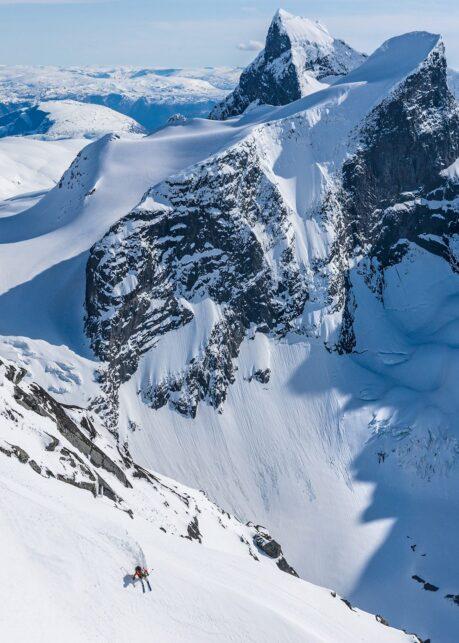 Skikjører i vakkert landskap av Bård Basberg
