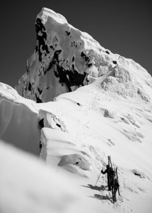 Mot toppen av fjellet sort-hvitt, fotokunst veggbilde / plakat av Bård Basberg