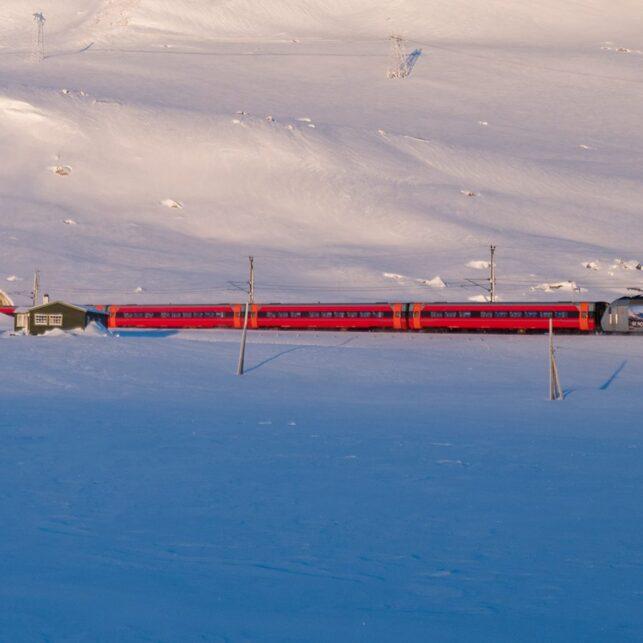 Et tog er på vei ut av Finsetunnelen en kald januardag, fotokunst veggbilde / plakat av Bård Basberg