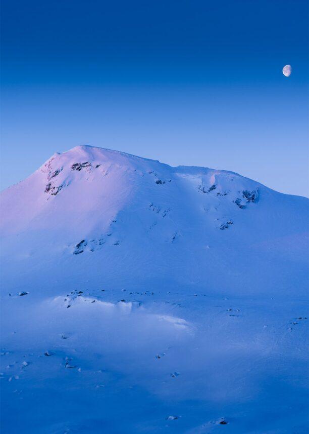 Dagens aller første solstråler lyser opp toppen av Lille Finsenut., fotokunst veggbilde / plakat av Bård Basberg