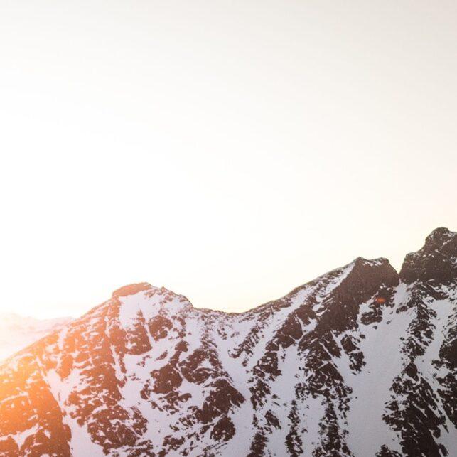 Solen titter fram i øst for Hurrungane, fotokunst veggbilde / plakat av Bård Basberg
