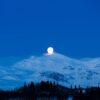 Tatt 08:15 en kald februardag, månen på vei ned bak Mugnetind, fotokunst veggbilde / plakat av Erling Maartmann-Moe