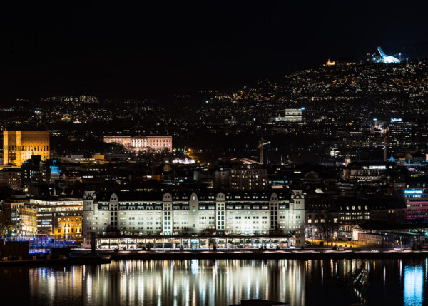 Oslo at night av Erling Maartmann-Moe