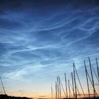 Bildet ble tatt en sen sommerkveld under solnedgang, men en spesiell effekt på svært høye skyer som ble belyst nedenfra, fotokunst veggbilde / plakat av Erling Maartmann-Moe