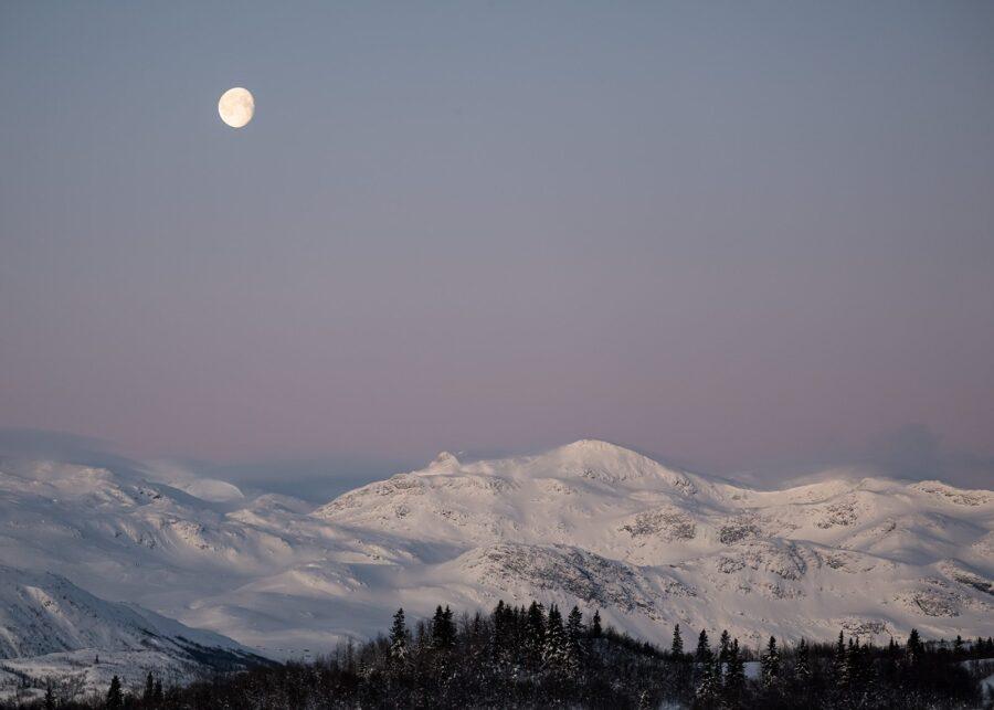 Måne over Mugnetind av Erling Maartmann-Moe