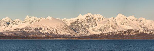 Lyngsalpene i kveldssol, tatt fra Hurtigruta, fotokunst veggbilde / plakat av Erling Maartmann-Moe