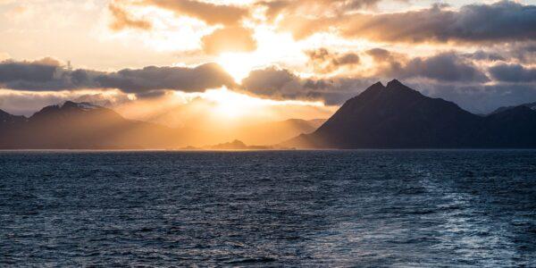 Solnedgang over Lofotveggen, tatt fra Hurtigruta på vei over mot Bodø, fotokunst veggbilde / plakat av Erling Maartmann-Moe