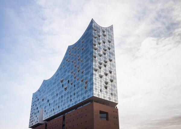 Det fantastiske konserthuset Die Elbphilharmonie i Hamburg, et flott landemerke i havneområdet, fotokunst veggbilde / plakat av Erling Maartmann-Moe