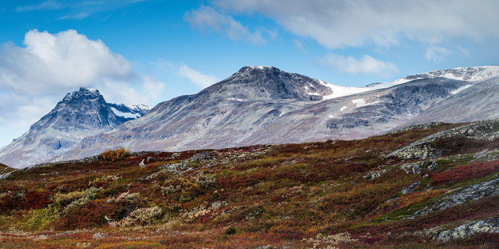 Utsikt mot Torfinnstind og Nørdre Kalvehølotinden av Erling Maartmann-Moe