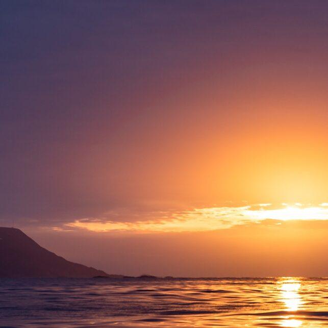 MIdnattssol i havgapet utenfor Tromsø, fotokunst veggbilde / plakat av Erling Maartmann-Moe