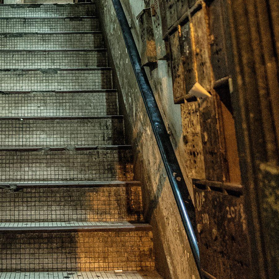 Hong Kong - typisk smug, inngangsparti av Erling Maartmann-Moe