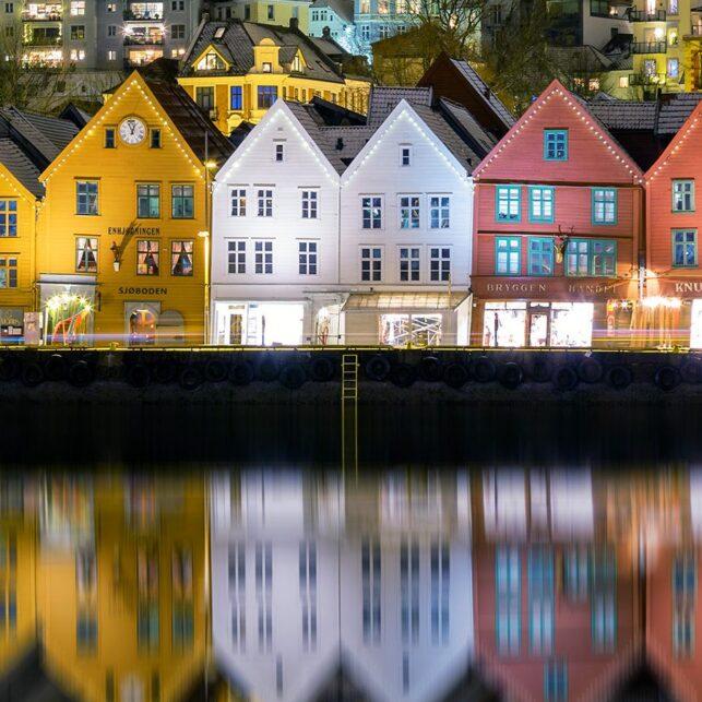 Nattbilde fra Bryggen i Bergen., fotokunst veggbilde / plakat av Eirik Sørstrømmen