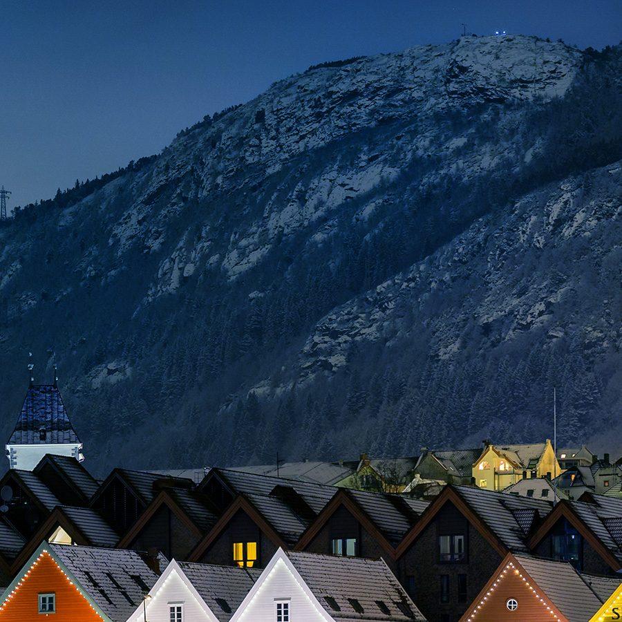 Natt i Bergen av Eirik Sørstrømmen