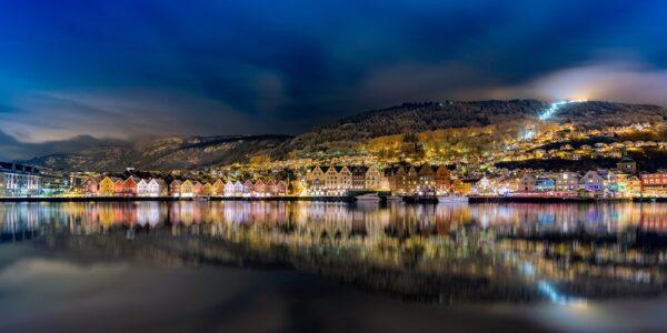 Havneområdet rundt Bryggen i Bergen på kveldstid., fotokunst veggbilde / plakat av Eirik Sørstrømmen