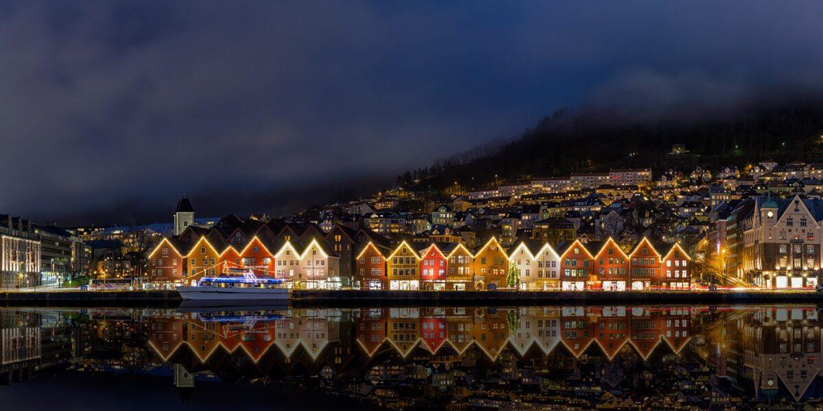 Bryggen By Night, fotokunst veggbilde / plakat av Eirik Sørstrømmen