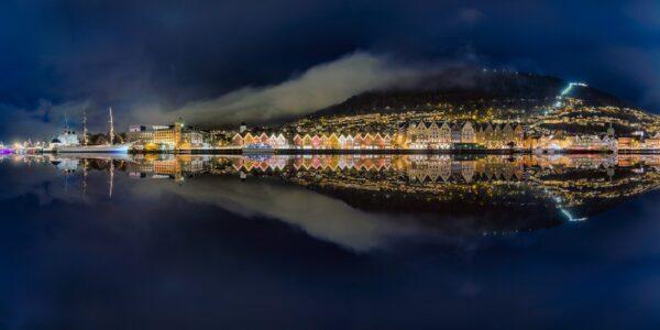 Panorama av Bergen om natten., fotokunst veggbilde / plakat av Eirik Sørstrømmen