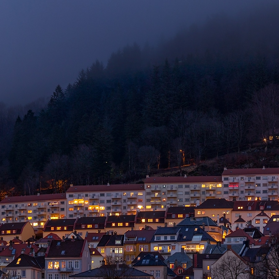 Bryggen By Night II av Eirik Sørstrømmen