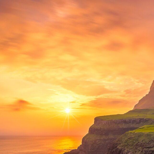 Solnedgang ved Gásadalur, fotokunst veggbilde / plakat av Eirik Sørstrømmen