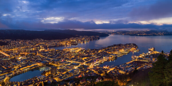 Kveldsbilde over Bergen fra Fløyen, fotokunst veggbilde / plakat av Eirik Sørstrømmen
