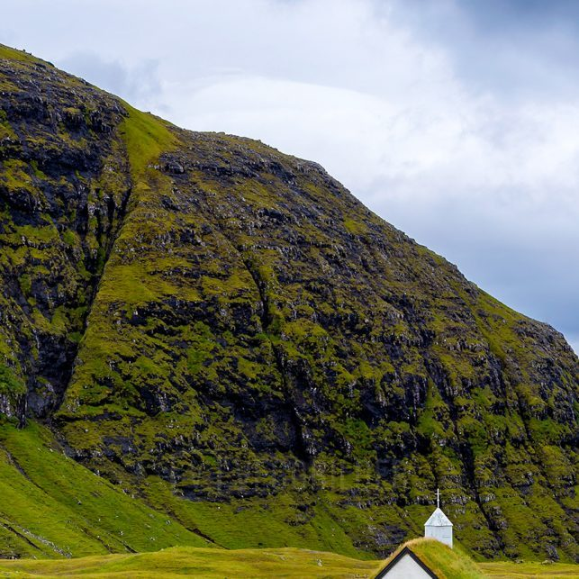 Lagune omgitt av fjell på Færøyene., fotokunst veggbilde / plakat av Eirik Sørstrømmen