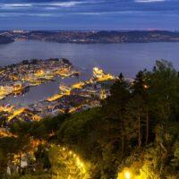 Utsikten fra Fløyfjellet mot Bergen., fotokunst veggbilde / plakat av Eirik Sørstrømmen