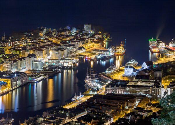Nattfoto av Bergen Havn., fotokunst veggbilde / plakat av Eirik Sørstrømmen
