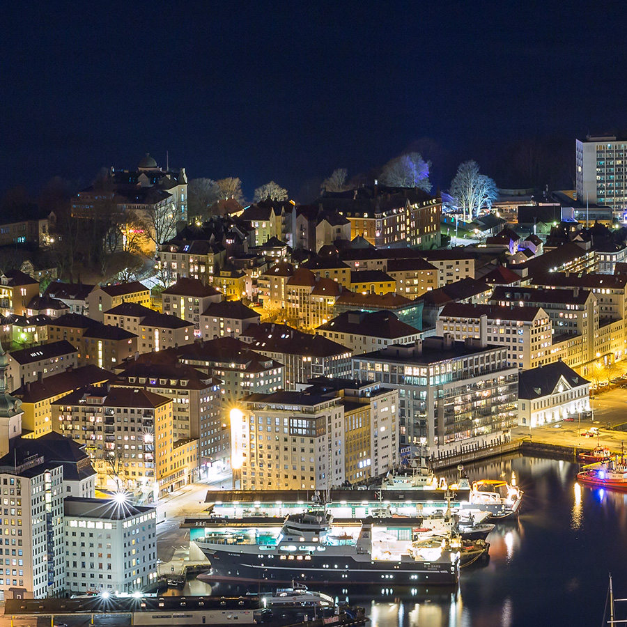 Natt i Bergen Havn av Eirik Sørstrømmen