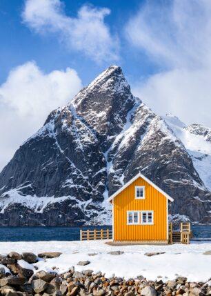 Rorbu ved sjøen på Sakrisøy, fotokunst veggbilde / plakat av Eirik Sørstrømmen
