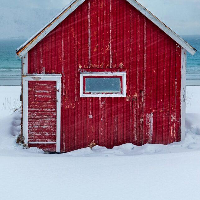 Rød rorbu ved stranden, fotokunst veggbilde / plakat av Eirik Sørstrømmen