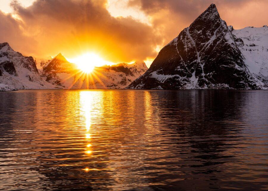 Solnedgang ved Reinefjorden av Eirik Sørstrømmen