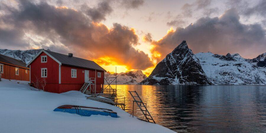 Solnedgang ved Reinefjorden III av Eirik Sørstrømmen