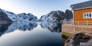 Rorbu med flott utsikt i Lofoten., fotokunst veggbilde / plakat av Eirik Sørstrømmen