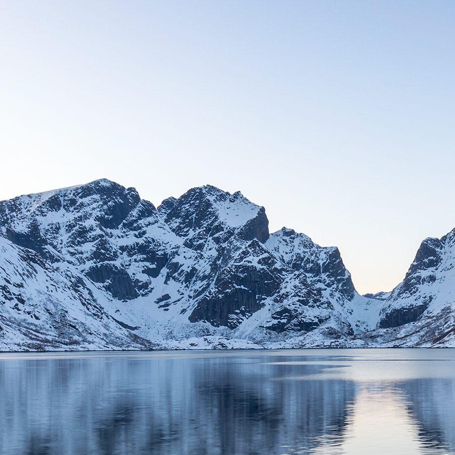 Rorbu ved Reinefjorden II av Eirik Sørstrømmen