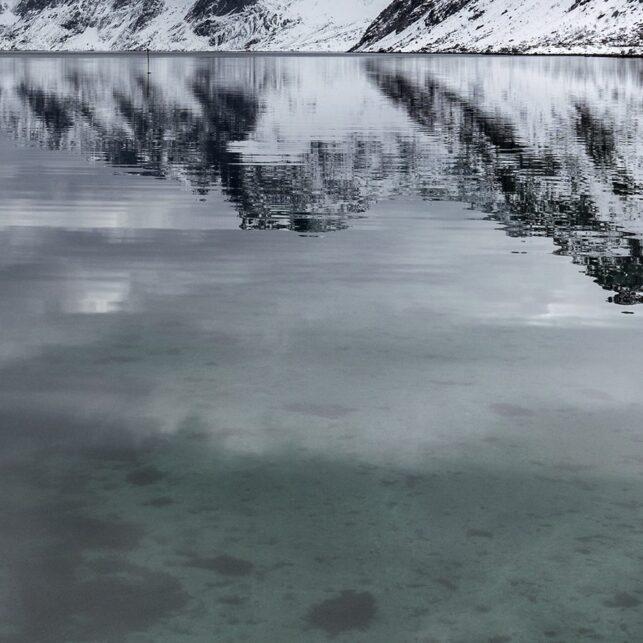 Refleksjoner i fjorden, fotokunst veggbilde / plakat av Eirik Sørstrømmen