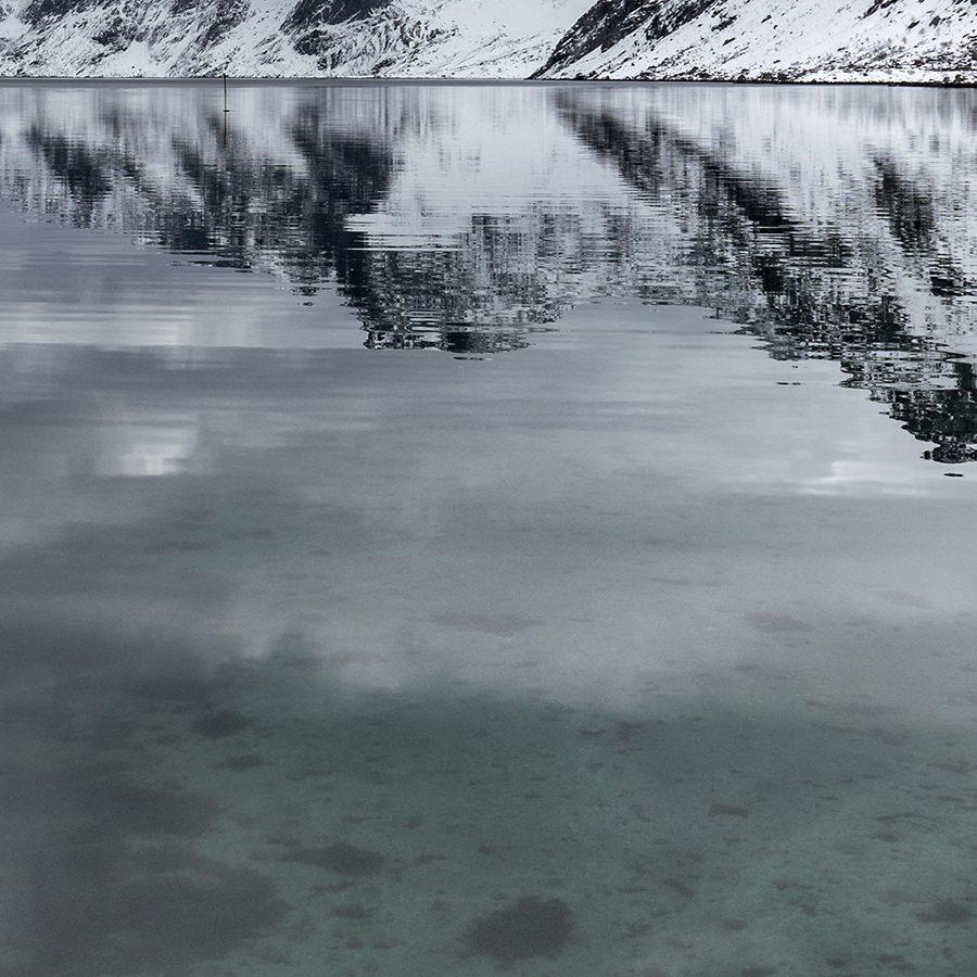 Refleksjoner ved Kirkefjorden av Eirik Sørstrømmen