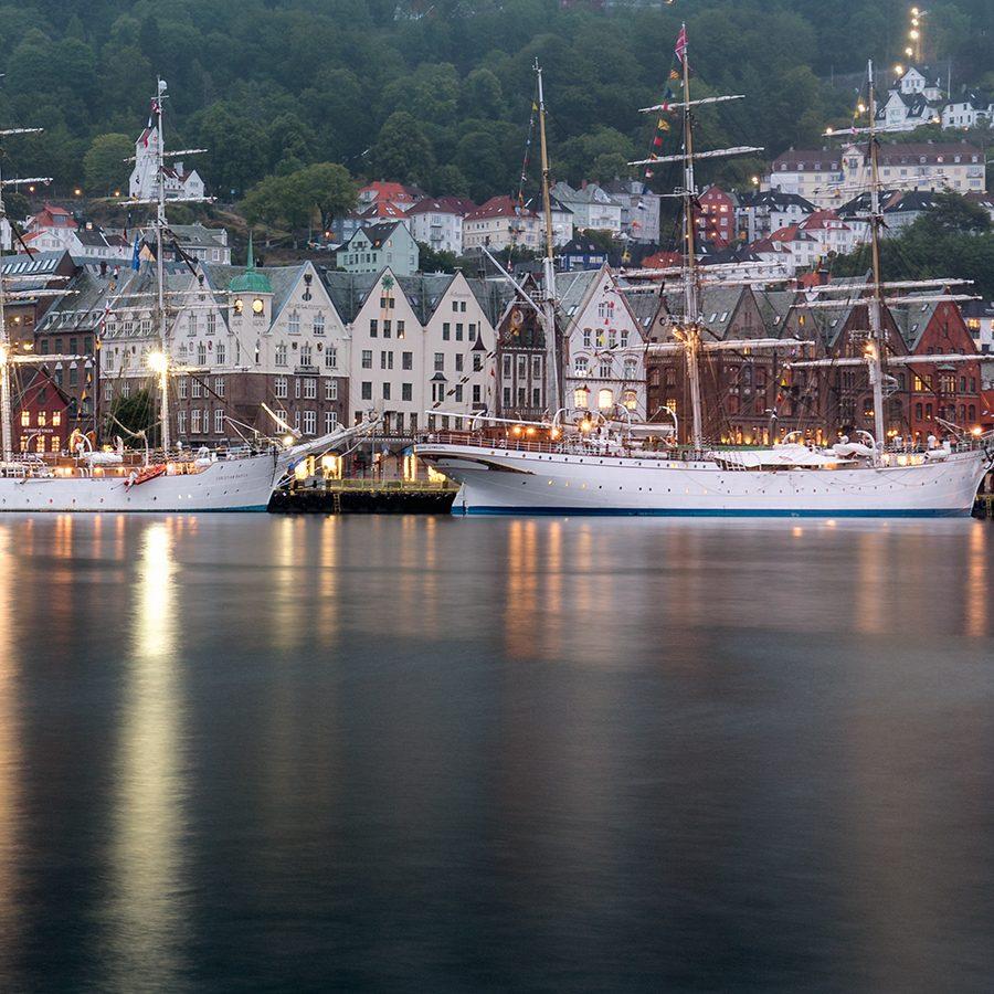 Skoleskip i Bergen av Eirik Sørstrømmen