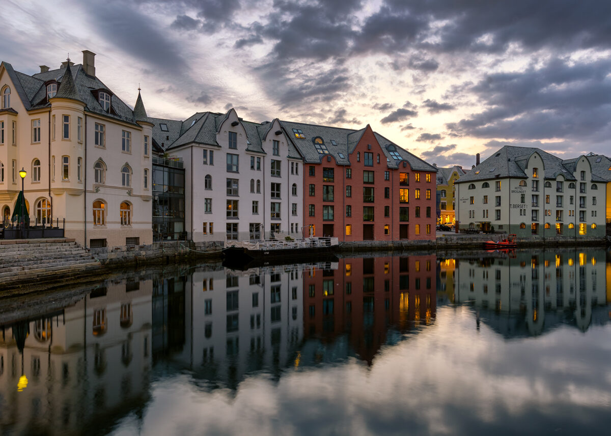Sommerkveld i Ålesund av Eirik Sørstrømmen