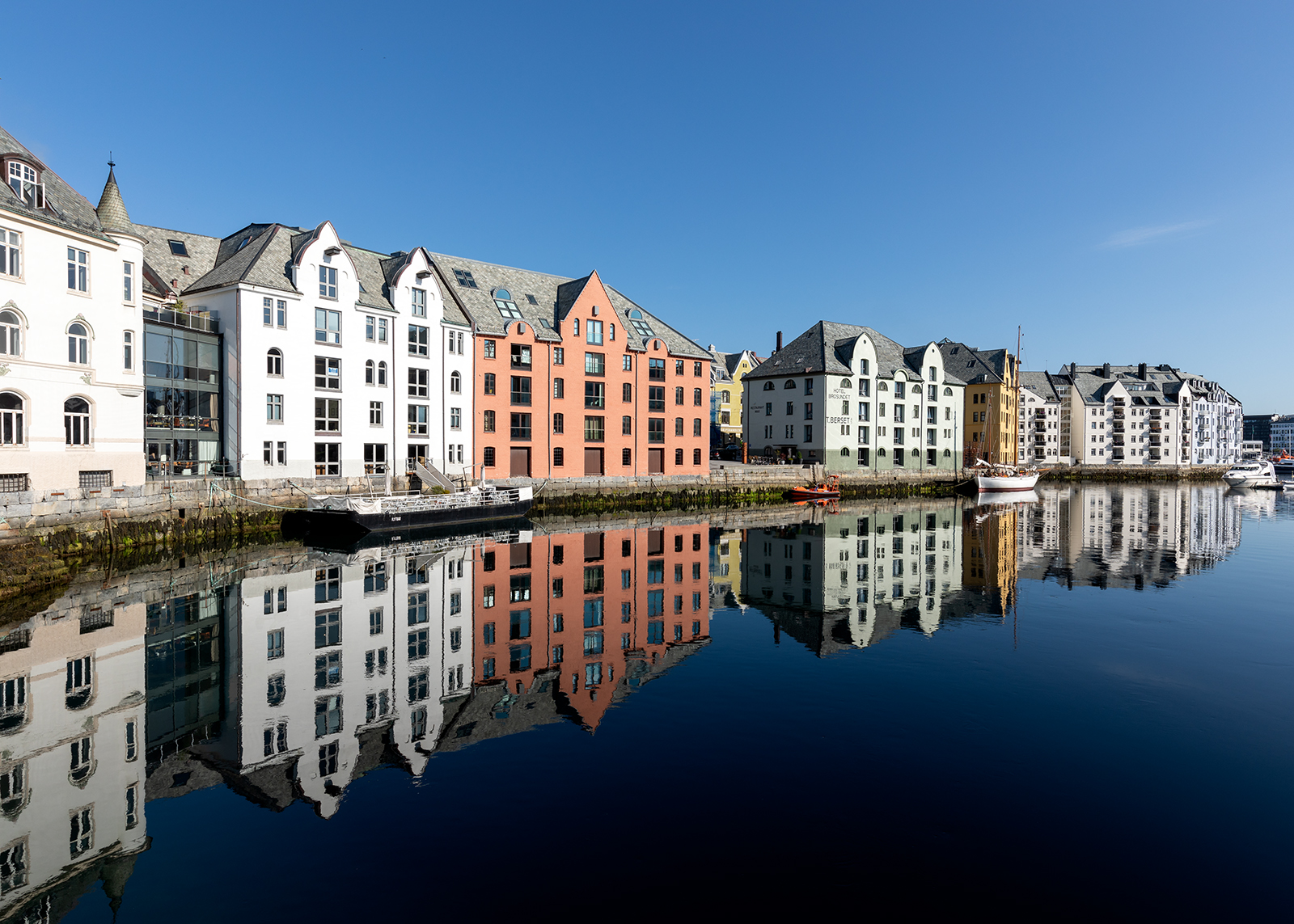 Kanalen i Ålesund av Eirik Sørstrømmen