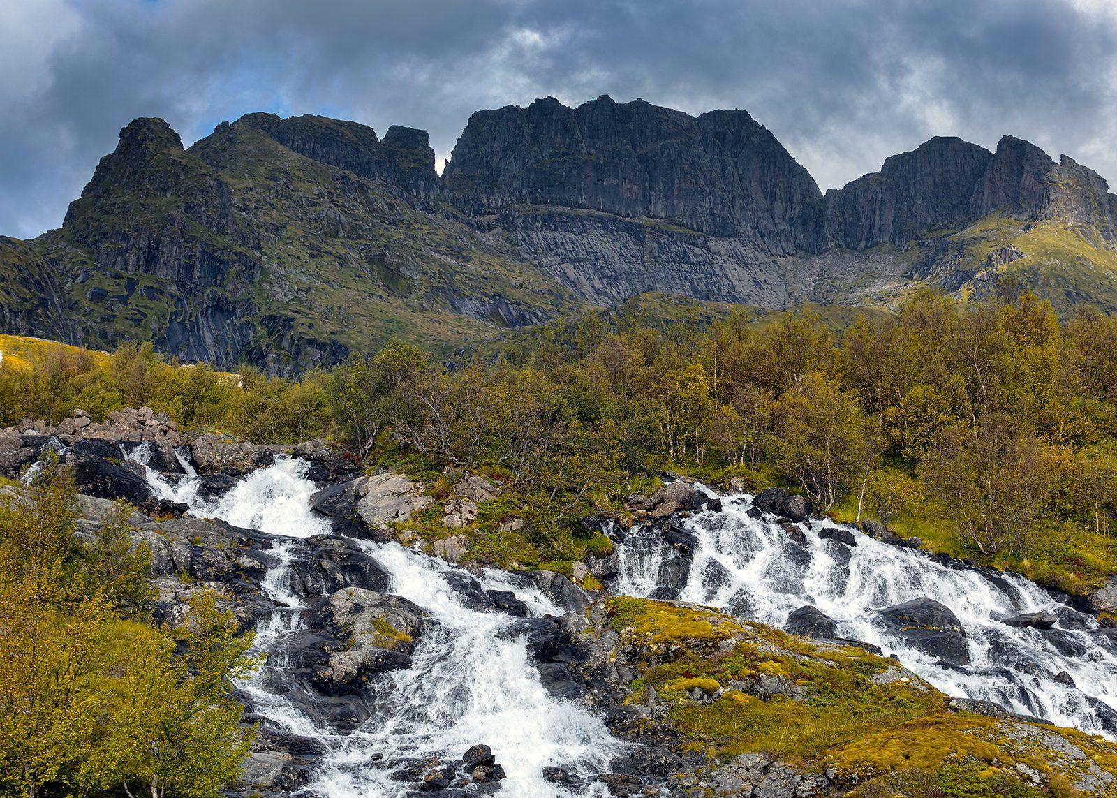Studalselva i Lofoten av Eirik Sørstrømmen
