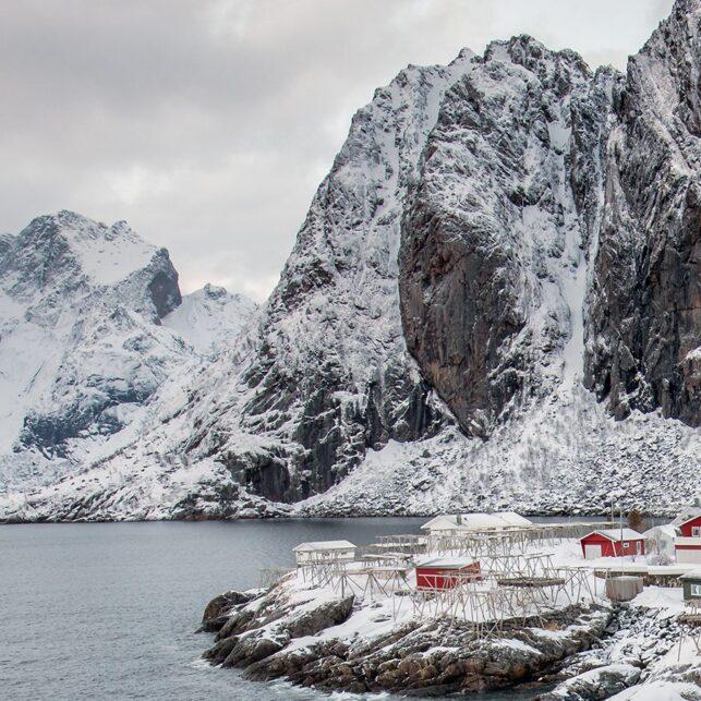 Rorbuer på Hamnøy i vinterdrakt., fotokunst veggbilde / plakat av Eirik Sørstrømmen