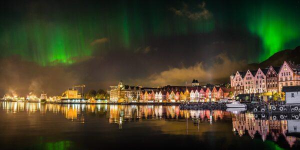 Nordlys over bryggen i Bergen, fotokunst veggbilde / plakat av Gunnar Kopperud
