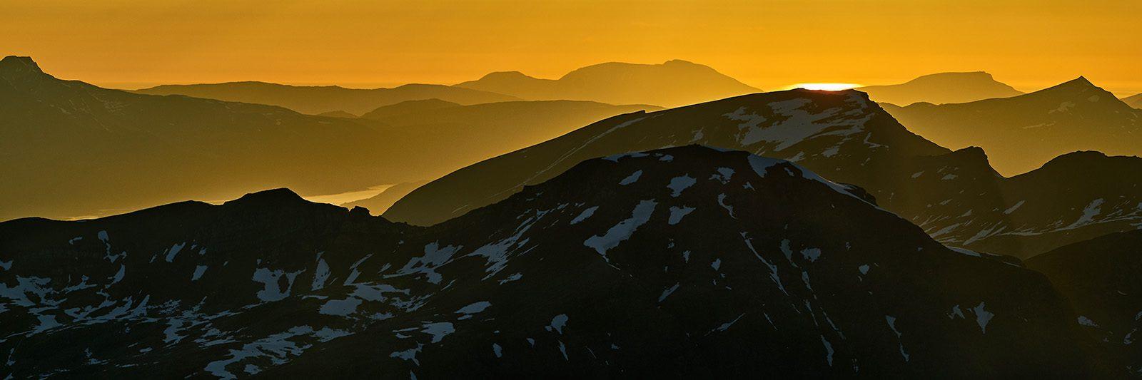 Solnedgang over nordnorske fjell av Henning Mella