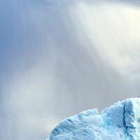 Et isfjell i en av Grønlands sørlige fjorder, fotokunst veggbilde / plakat av Henning Mella