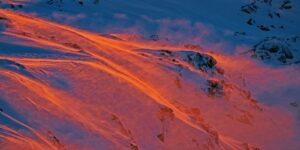 En gruppe skiløpere på rekke og rad påvei oppover fjellet., fotokunst veggbilde / plakat av Bård Basberg