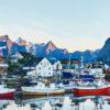 en båthavn i Lofoten, fotokunst veggbilde / plakat av Henning Mella