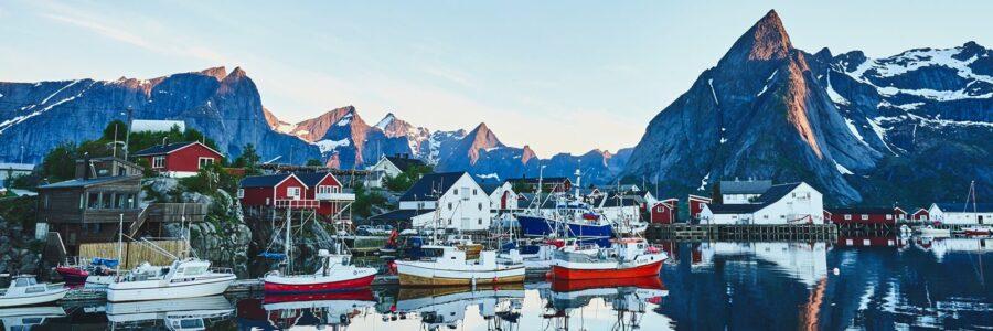 Båthavn i Lofoten av Henning Mella