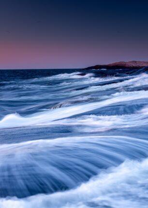 Hvit sjø over svabergene, fotokunst veggbilde / plakat av Kåre Johansen
