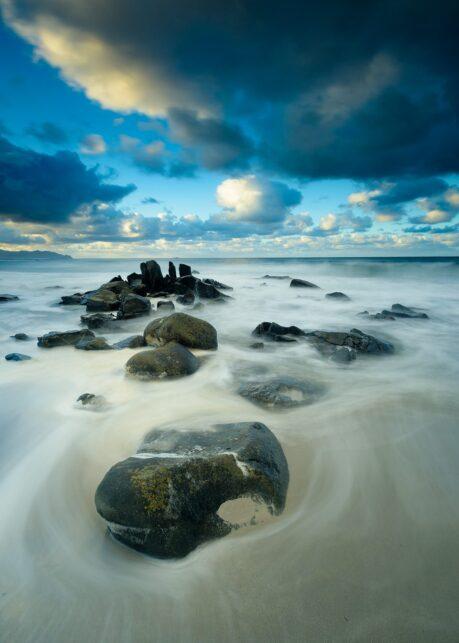 Stein på strand av Kåre Johansen