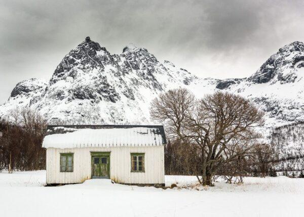 Snø over skolestua, fotokunst veggbilde / plakat av Kåre Johansen